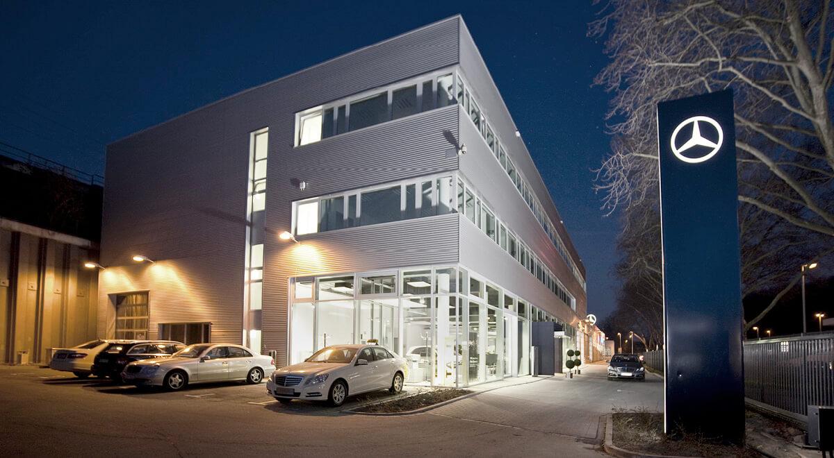 Außenansicht bei Nacht Autohaus Mercedes Benz Köln